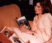 A adolescente Diana Spencer com livros de Barbara Cartland