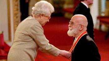 Rainha Elizabeth 2ª e Sir Terry Pratchett