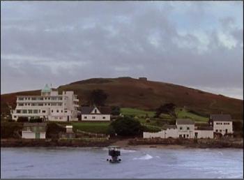 O hotel na ilha de Burgh e o trator que transporta hóspedes na maré baixa