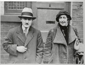 Max Mallowan e Agatha Christie saindo de sua casa em Londres para embarcar para mais uma expedição no Iraque (16/01/1933)